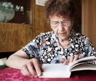 starsza kobieta czytelnicza księgowej obraz royalty free