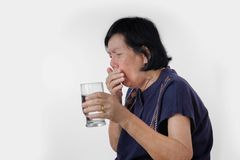 Starsza kobieta Dławi wodnego napój obraz stock