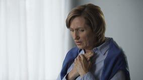 Starsza kobieta dostaje niezwykle martwiący się, czujący emocjonalnego doświadczenie, macierzyństwo zbiory wideo
