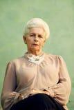 Portret poważna stara caucasian kobieta patrzeje kamerę zdjęcia stock