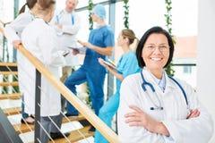 Starsza kobieta jako competente lekarz obraz royalty free