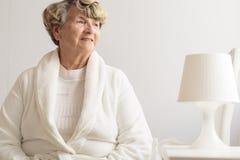 Starsza kobieta jest ubranym opatrunkową togę obraz royalty free