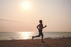 Starsza kobieta jogging na morze plaży Fotografia Royalty Free
