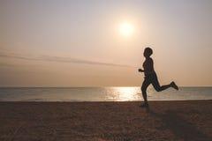 Starsza kobieta jogging na morze plaży Obrazy Stock