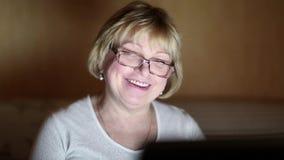 Starsza kobieta komunikuje używać laptop Kobieta z notatnikiem zbiory