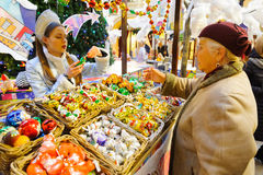 Starsza kobieta kupuje boże narodzenia bawi się na nowego roku jarmarku Obraz Stock