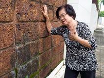 Starsza kobieta ma klatka piersiowa ból i jej mienie pierś przez kierowego infarction Ataka Serca pojęcie Obraz Stock