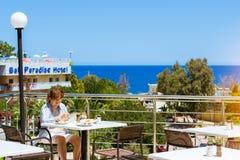 Starsza kobieta ma lunch w restauraci, hotelowa Atali wioska obrazy stock