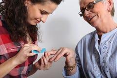 Starsza kobieta ma manicure obrazy stock