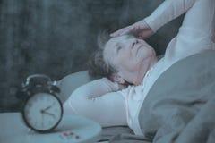 Starsza kobieta ma sen nieład zdjęcie stock