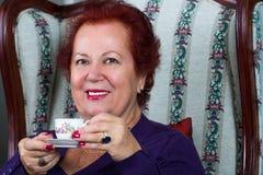 Starsza kobieta Ma Silną Turecką kawę obraz stock