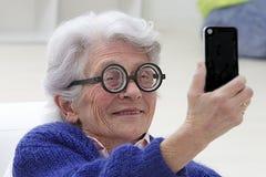 Starsza kobieta ma zabawy selfie herself Fotografia Stock