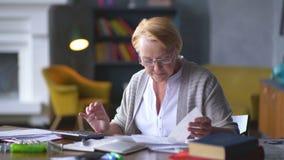 Starsza kobieta martwi się o rachunkach rozumie że wszystko jest dobrze uspokaja puszek, oddycha wolno, zbiory wideo
