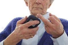 Starsza kobieta mesuring suggar poziom w krwi Zdjęcie Royalty Free
