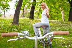 Starsza kobieta na bicyklu obrazy stock