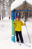 Starsza kobieta na nartach Zdjęcia Stock