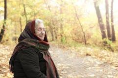 Starsza kobieta na spacerze w jesień parku obrazy stock