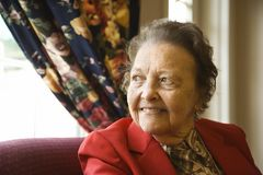 starsza kobieta nadokienna fotografia royalty free