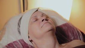 Starsza kobieta oczekuje pocz?tek procedura w pi?kno salonie zbiory wideo