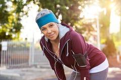 Starsza kobieta odpoczywa po jogging obraz stock