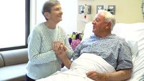 Starsza kobieta Odwiedza męża W sala szpitalnej zbiory wideo