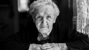 starsza kobieta ogniska oko Zbliżenie czarno biały portret Fotografia Stock