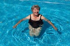 Starsza kobieta ono uśmiecha się w basenie obraz royalty free