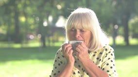 Starsza kobieta płacze zbiory