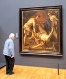 Starsza kobieta patrzeje obraz w Rijksmuseum, Amsterdam obrazy royalty free