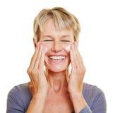 Starsza kobieta pieści jej skórę zdjęcie royalty free