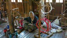 Starsza kobieta produkuje przędzę w tradycyjnym sposobie zdjęcie wideo