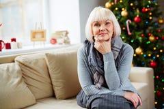 Starsza kobieta przy bożymi narodzeniami Zdjęcia Royalty Free
