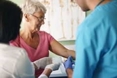 Starsza kobieta przy lekarki biurem Obraz Royalty Free