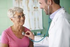 Starsza kobieta przy lekarki biurem Fotografia Royalty Free