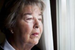 Starsza kobieta Przy okno obrazy stock
