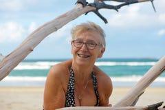 Starsza kobieta przy plażą zdjęcie royalty free