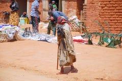 Starsza kobieta przy targowym Pomerini w Tanzania, Afryka 693 Obraz Royalty Free
