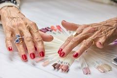 Starsza kobieta robić manikiur ręki Obrazy Royalty Free