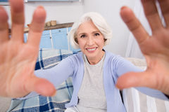 Starsza kobieta robi jaźni fotografiom obrazy stock