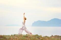 Starsza kobieta robi joga ćwiczeniom Obraz Stock