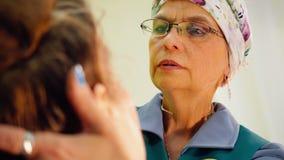 Starsza kobieta robi makeup dla jej przyjaciela Stosowa? proszek na twarzy z mu?ni?ciem zbiory wideo