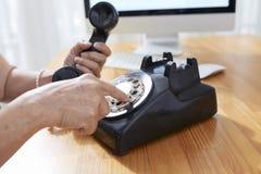Starsza kobieta robi rozmowie telefoniczej zdjęcia stock