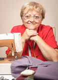 Starsza kobieta szy na szwalnej maszynie fotografia royalty free