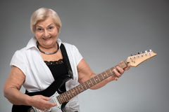 Starsza kobieta trzyma gitarę Zdjęcia Stock