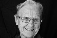 starsza kobieta uśmiechnięta zdjęcie royalty free