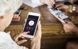 Starsza kobieta używa jej telefon zdjęcie stock