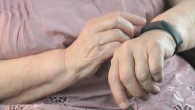Starsza kobieta używa mądrze sprawność fizyczna tropiciela zdjęcie wideo