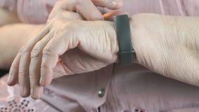 Starsza kobieta używa mądrze sprawność fizyczna tropiciela zbiory wideo