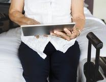 Starsza kobieta używa pastylkę na łóżku obrazy royalty free