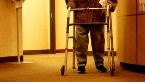 Starsza kobieta używa piechura chodzi w kierunku kamery obraz royalty free